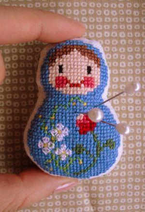Kijk wat ik gevonden heb op Freubelweb.nl: het borduurpatroon om dit leuke kleine speldenkussentje in de vorm van een matroesjka te maken http://www.freubelweb.nl/freubel-zelf/matroesjka/