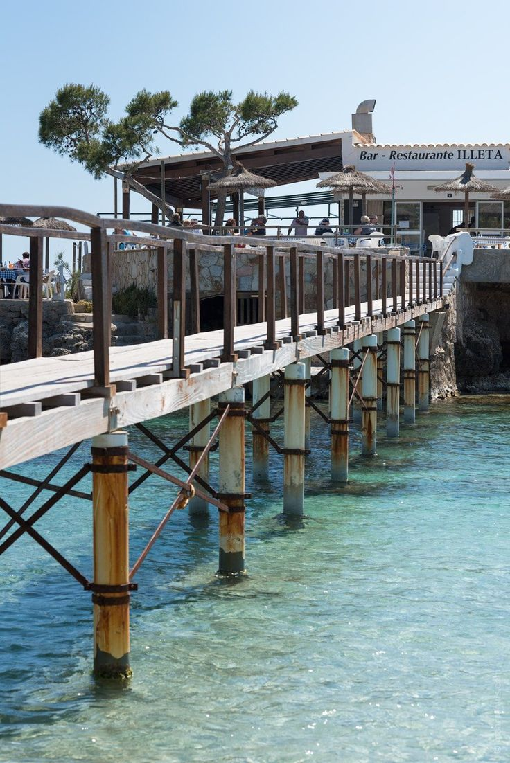 Illeta is a restaurant on a little island just off the coast of the family friendly beach of Camp de Mar is paradise for seafood lovers.