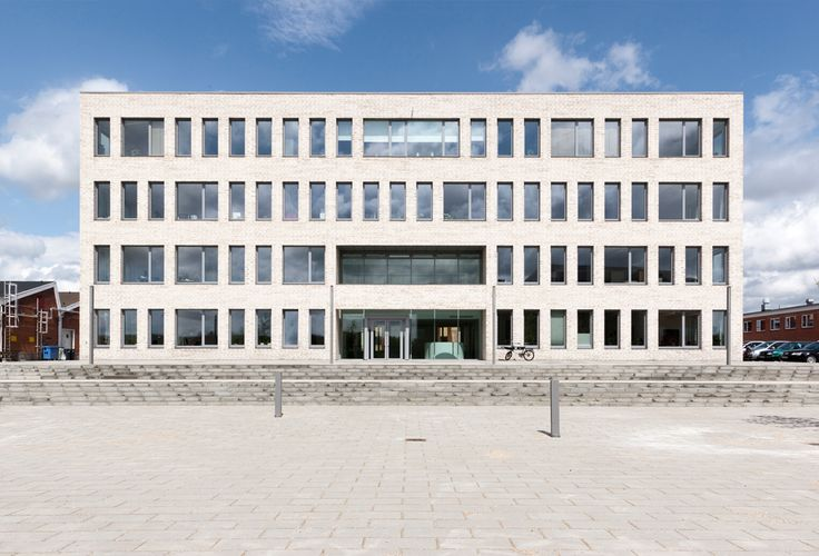 Leo Pharma Administration Building P1 - RH ARKITEKTER / The new management and administration building on Leo Pharma's Ballerup site was designed as a simple, effective rectangular block in light-coloured brick between the production and laboratory blocks in red brick.