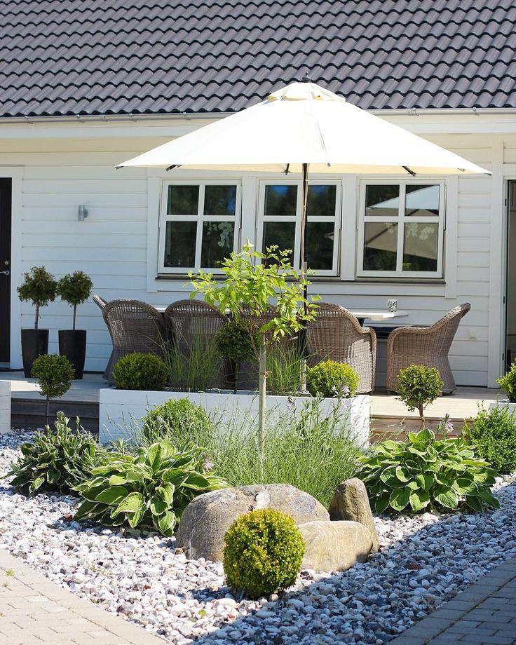 Vinter i all ära, men jag måste säga att jag älskar sommaren mer...! Vad gillar ni bäst? Bild på en del av vår trädgård från i somras.☀️ ---------- Winter in all its glory but I must say that I like summer more ... What do YOU prefer? Pict. from a part of our garden in summer☀️ #ourgarden #garden #outside #trädgård #buxbom #minträdgård #exterior #exteriör #altan