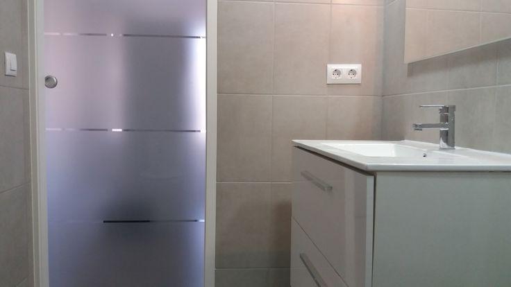 Baño en suite con puerta de vidrio