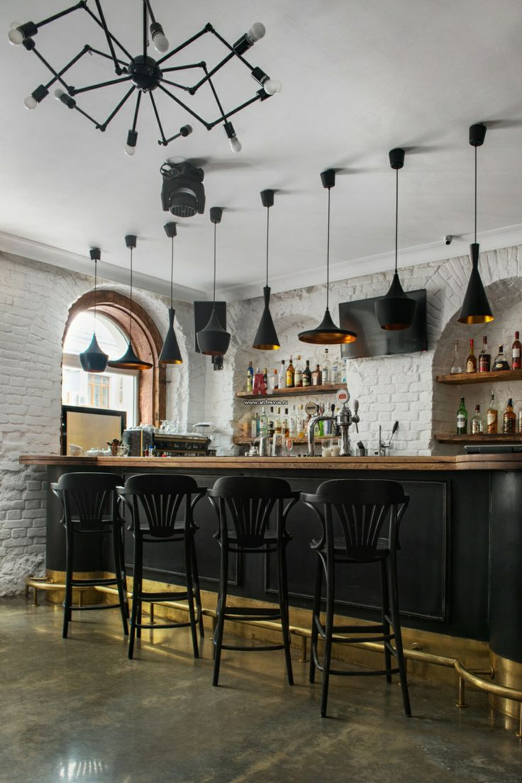 Интерьер ресторана «Рафинад» в историческом здании с белым кирпичом