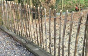 . Une barrière en bois : l'atout charme . Si vous souhaitez seulement délimiter votre propriété vous pouvez miser sur une simple barrière en bois de faible hauteur. Elle laisse alors toute la vue sur la campagne environnante et offre beaucoup de charme à votre jardin. Elle se pose au sol ou sur muret. . …