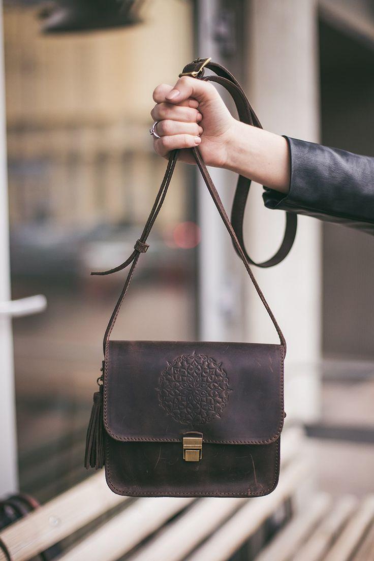 Кожаная сумка-бохо на защелке с удобным ремнем. Яркий узорчатый дизайн.