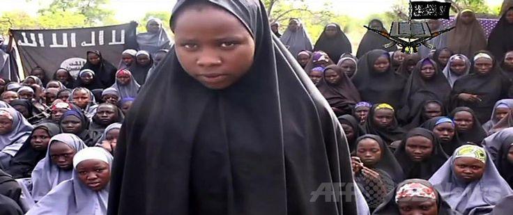 AFPが入手したナイジェリアのイスラム過激派「ボコ・ハラム(Boko Haram)」のビデオに、イスラム教徒のスカーフ「ヒジャブ」をかぶって登場する少女(2014年5月12日入手)。(c)AFP/BOKO HARAM ▼12May2014AFP 集団拉致された少女たちの映像か、イスラム過激派が公開 http://www.afpbb.com/articles/-/3014726 #Boko_Haram