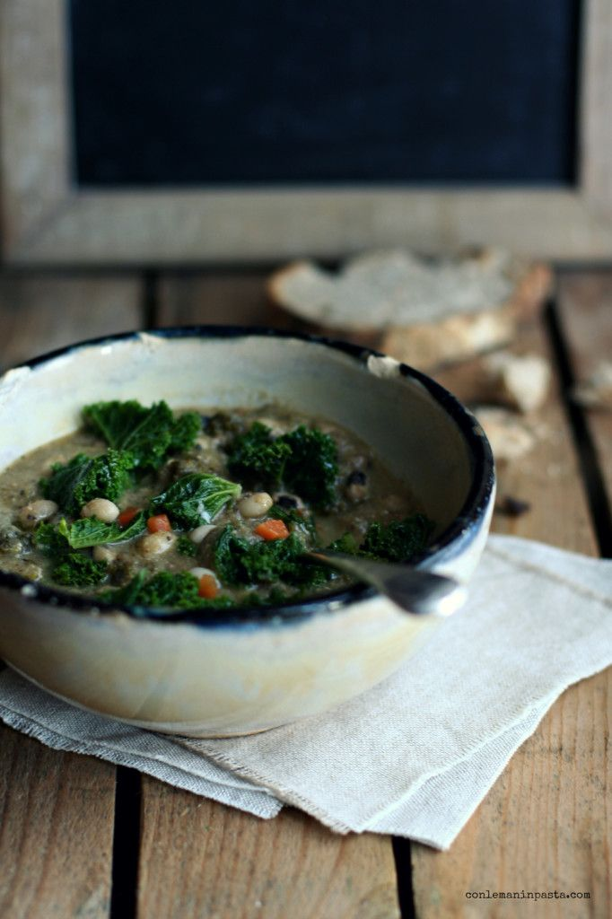 Zuppa di cavolo riccio e fagioli dall'occhio
