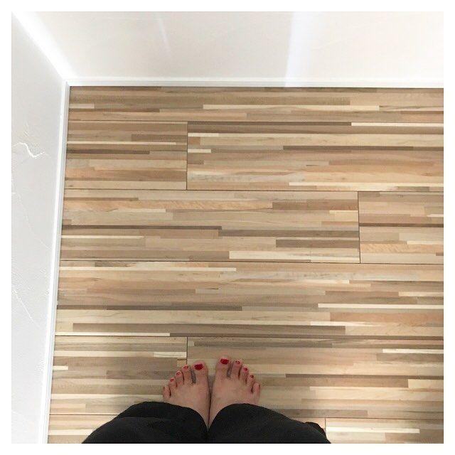 5月30日 . お久しぶりのpicがトイレの床なんてごめんなさい。でも気に入っています。トイレは水拭きしたいので無垢ではありません。でも壁は水に強い漆喰です。 洗濯が嫌なのでマット類は置かない派です。代わりに無印の洗えるスリッパ置いています。 . 最近やっと体調不良の終わりが見えて来たけど、昨日今日と暑かったので庭で水遊びしたら暑くてかなり参ったよって話。でも息子は嬉しそうで昼寝もバッチリしてくれるから何よりです。 . そして昨日久しぶりに主人と喧嘩してイライラしたので足に赤色を塗ってやりました。 心の余裕が欲しいな〜と思う今日この頃です。 . . . #マイホーム#家#家づくり#新築#一戸建て#注文住宅#自由設計#工務店#自然素材の家#漆喰#無垢材#トイレ#床#お気に入り#足元くら部#ペディキュア#マニキュア#セルフネイル#赤