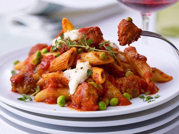 Penne mit Wurstklößchen in Tomatensoße Rezept | LECKER