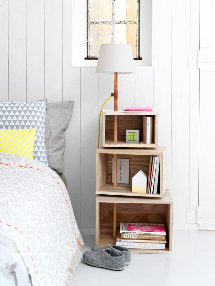Nachttisch mit Lampe aus Holz-Kisten! So cool!
