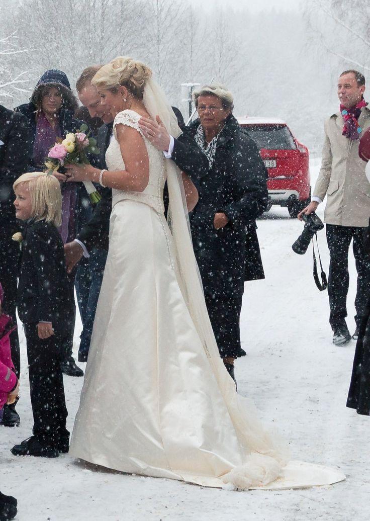 Brudklänning i sidensatin med kungliga motveck på kjolen och slöp från Grace of Sweden