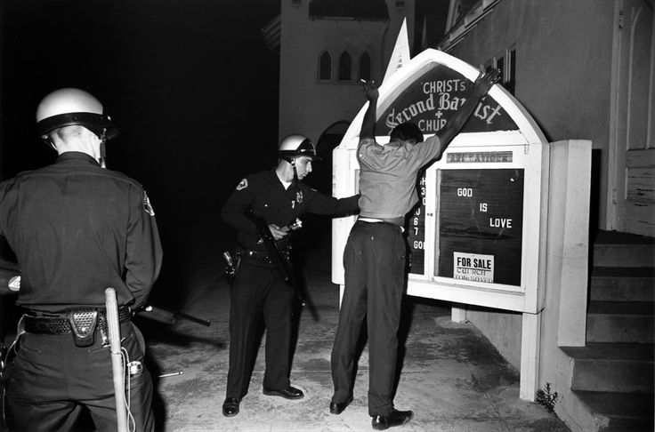 """Harry Benson, Watts riots """"God in Love"""", Los Angeles, 1966. Arrêt sur image - L'Œil de la photographie"""