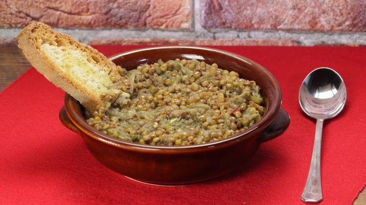 Ricetta Zuppa di scarola e lenticchie: La zuppa di scarola e lenticchie e è un primo piatto salutare e gustoso, perfetto anche per i vostri amici vegetariani! Ma provatela tutti, è buonissima!