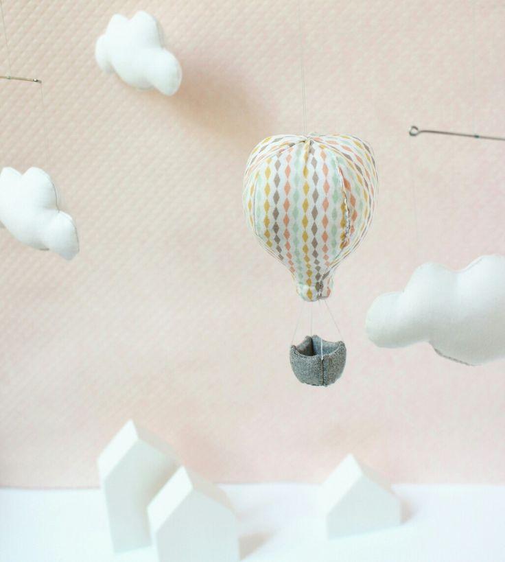 Mobile montgolfière avec nuage gris et rose  Déco pour chambre d'enfant par la marque Mininelle  Fait main, made in France