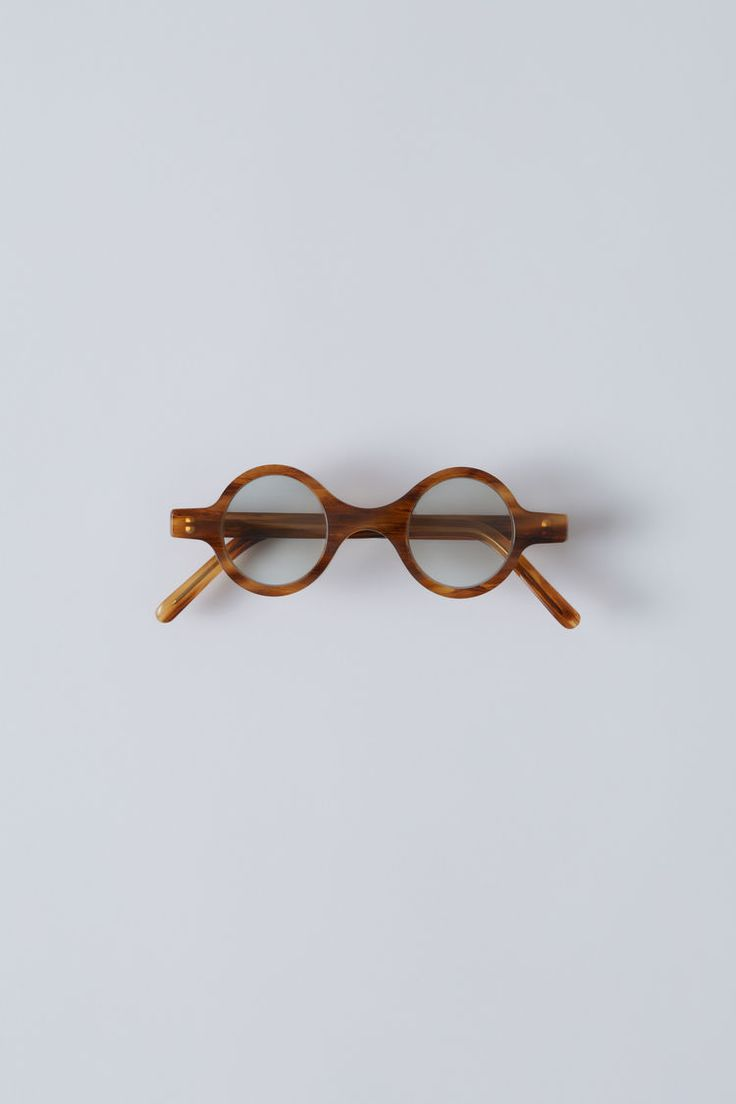 Acne Studios Valeska light brown/light grey are handmade round eyewear that have a distinctive, small style. This style features acetate frames and flat mirrored lenses.