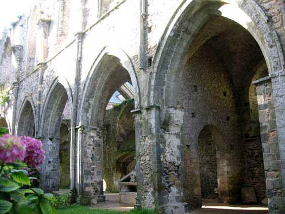 Eglise abbatiale: abbaye de Beauport (Bretagne)- 52) BEAUPORT, DESCRIPTION, L'EGLISE, QUELQUES SEPULTURES: .. C'est-à-dire en droit civil et droit canonique, ou droit canon, commença la série des abbés mitrés de Beauport. Le gisant de l'abbé Huet lui-même, mitre en tête, se voit dans une sorte d'enfeu dans ce même bas-côté gauche où se trouvent actuellement presque tous les restes funéraires de l'abbaye (aujourd'hui exposé dans la salle capitulaire).