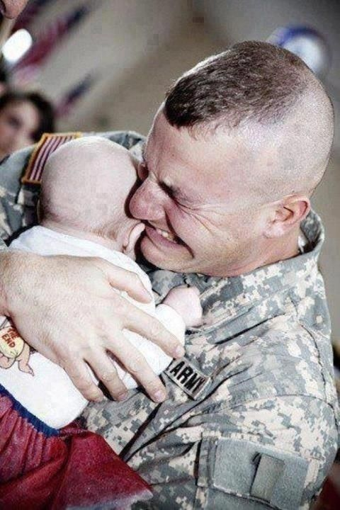 Un soldat rencontre son bébé pour la première fois. | 29 photos qui vous donneront les larmes aux yeux