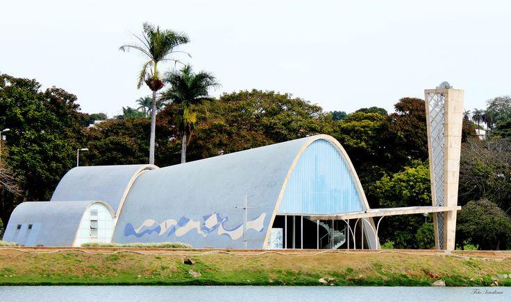 A Igreja São Francisco de Assis da Pampulha, em Belo Horizonte, Minas Gerais, foi inaugurada em 1943. O projeto arquitetônico da igreja é de Oscar Niemeyer, e o cálculo estrutural do engenheiro Joaquim Cardoso. Foi o último prédio a ser inaugurado do Conjunto Arquitetônico da Pampulha.  É considerada a obra-prima do conjunto. No projeto da capela Oscar Niemeyer faz novos experimentos em concreto armado, abandonando a laje sob pilotis e criando uma abóbada parabólica em concreto, até então só…