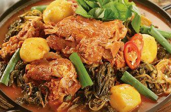 カムジャタン 豚の骨の中でも、しっぽと背骨を長時間ぐつぐつ煮込んだスープをベースに、粉唐辛子とゴマ、ニンニクでピリッと辛みのあるコクスープを作り、それにネギやエゴマの葉、ぶつ切りのジャガイモ(カムジャ)を入れて煮た鍋です。  ・スペアリブ    -スープ   -白ねぎの青い部分    -にんにく   -しょうが(チューブでOK)   -水     ・野菜{ジャガイモ・白ねぎ ・えごまの葉・ニラ}  ・コチュジャン  ・醤油   えごまの粉(なければすりごまでOK)