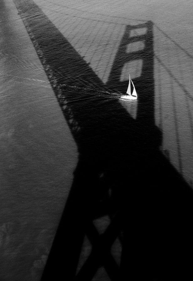 Le voilier passe sur le pont.    / San Francisco. / Patrick Dell, photo.