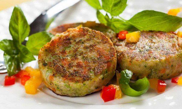 Котлеты с цветной капустой  Приготовьте котлеты по нестандартному рецепту, добавив в фарш овощи. Это сделает их более диетичными и богатыми клетчаткой.  Ингредиенты: Куриная грудка 600 г Капуста цветная отваренная 300 г Перец болгарский 1 шт. Сыр твердый 70-80 г Яйцо 2 шт. Сметана 2 ст.л. Мука 2 ст.л. Зеленый лук 1 пучок Петрушка, соль, молотый перец по вкусу  Все смешать, на час в холодильник -> можно жарить