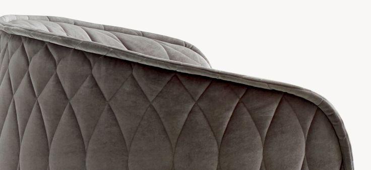 Espanso schiumato a freddo ignifugo con struttura interna in acciaio. Piedini in polipropilene. La poltroncina non è sfoderabile.