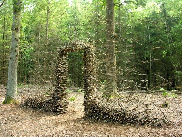 La artista alemana Cornelia Konrads crea alucinantes instalaciones en espacios públicos, parques y jardines privados en todo el mundo. Su trabajo está frecuentemente marcado por la ilusión de ingravidez, donde los objetos apilados como troncos, cercas y puertas parecen estar suspendidos en el aire, lo que refuerza su carácter temporal.