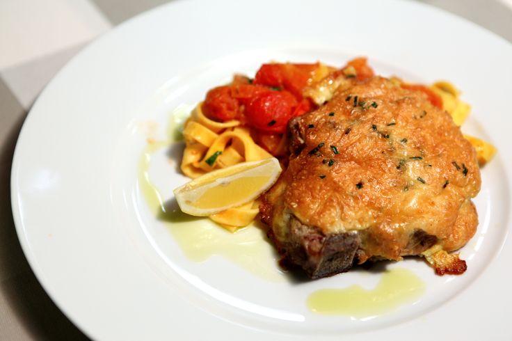 Vepřová kotleta s parmazánovou krustou a rajčatové tagliatelle. http://varime.cz