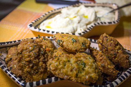 ricetta indiana per le polpette di lenticchie rosse, o masala vadai. A base di cipolla, coriandolo, foglie di curry, peperoncino piccante