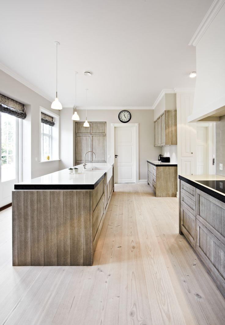 Køkken i smuk kastanjetræ, hvidglaserede lavasten bordplader, porcelænsvask og klassisk armatur, Indretningsarkitekt MDD Lisbeth Benee Olsen
