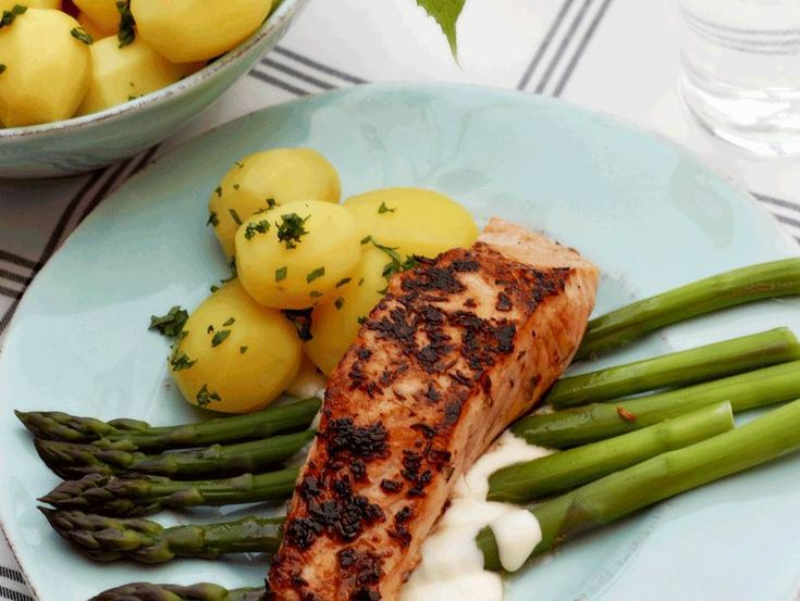 Stekt lax med Västerbottenssås och sparris | grilled salmon with asparagus and cheese sauce, recipe in Swedish