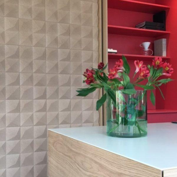 Dekorativ kork vegg med 3D tekstur skaper et stilig uttrykk på veggen og forbedrer akustikk. Modellen Peak egner seg fint som kontrastvegg, todelt vegg etc.