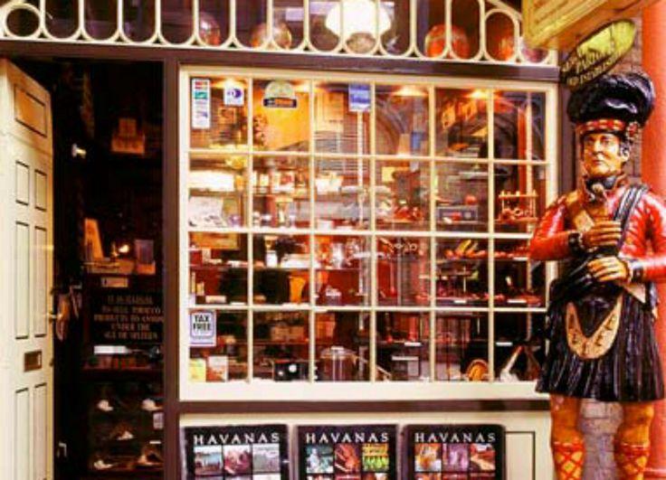 SA: fachada de tienda de tabacos, aunque resulte vistoso, el maniquí de delante resulta bastante desagradable