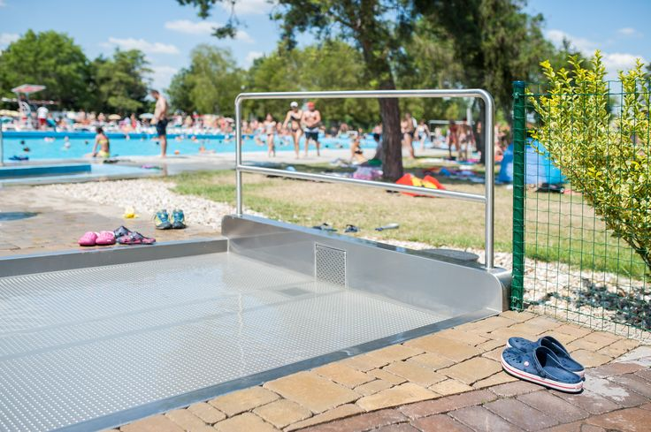 Self-supporting paddling pools with a skimmer