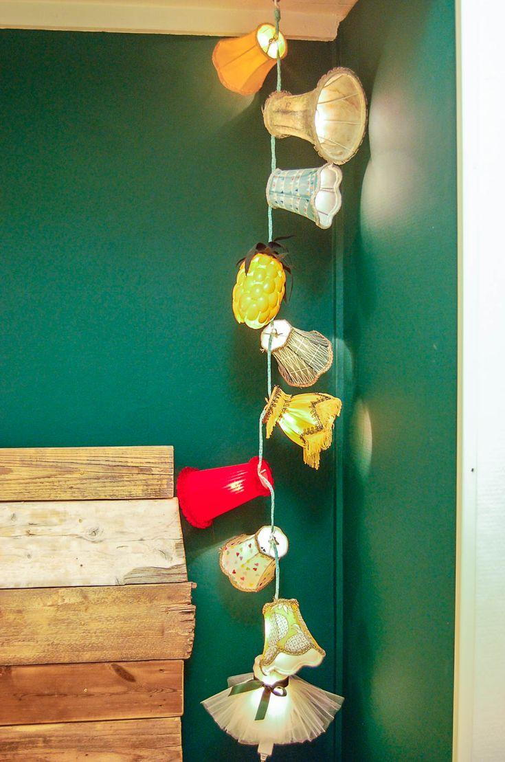 Fäst små lampskärmar på en vanlig liten julgransslinga och du har en mysbelysning av rang! Foto: Matilda Ekström