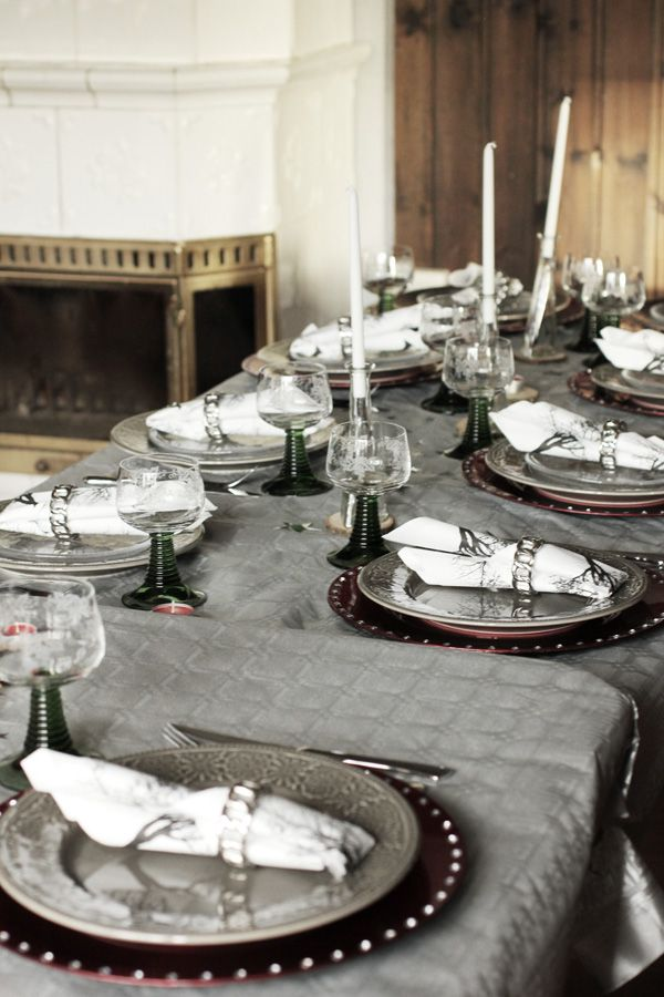 Nyårsdukning i silver, grått och rött. Dukkning för tre rätters middag. Nyårsfest dukning. Dukning för fest. Table settings new year party. Table settings ideas.