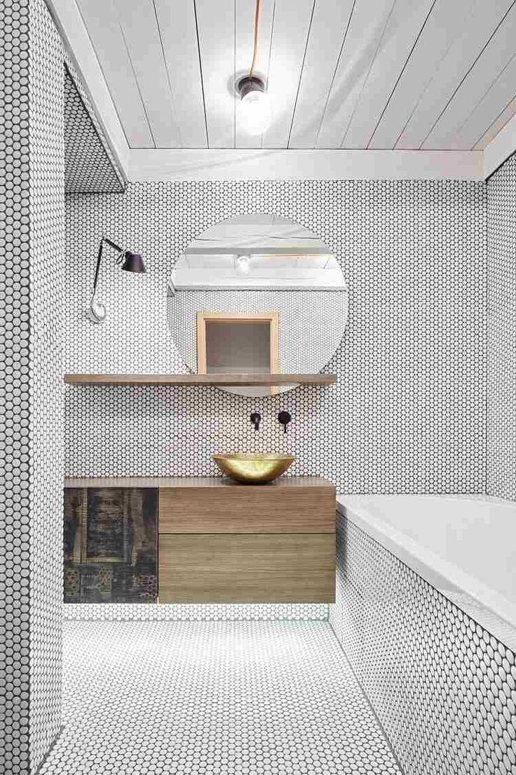 carrelage mosaïque salle de bain pois blancs, meuble sous-vasque en bois massif avec étagère, vasque laiton ronde et miroir rond