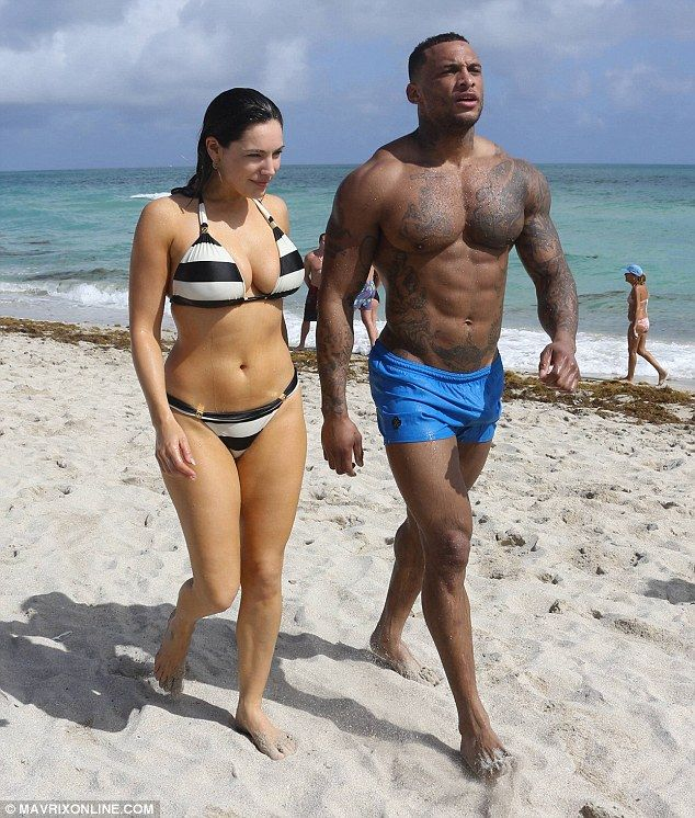 Kelly Brook frolics in the Florida sea with boyfriend ...
