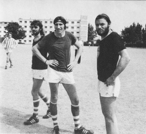 Parigi 1974. Pink Floyd, playing soccer in Paris.