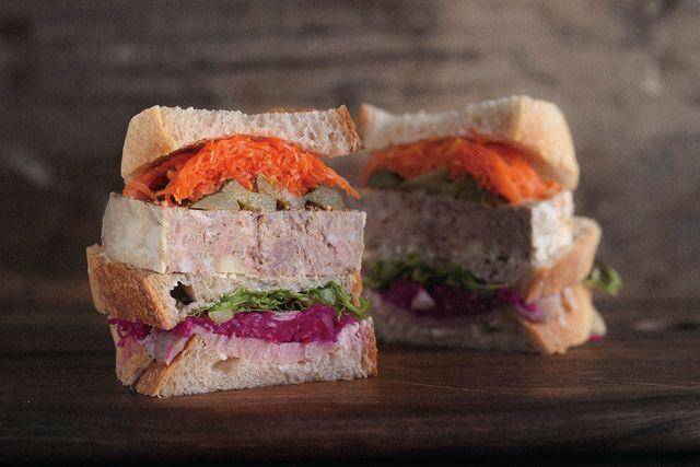 新潟のバルスタイルの先駆け、「NAPAニイガタバル」がサンドイッチ専門店をオープンしました!  具材に合わせ、フランスパンやチャパタなどを使用したサンドイッチが毎朝10種類ほど並びます。  なかでも注目は、予約オーダーのみのシャルキュトリーサンド(680円)。 キャロットラペ、ピクルス、赤キャベツ、さらにNAPAニイガタバルの名物パテ・ド・カンパーニュでサンドした、見た目もそそる極厚ぶり。  ヘルシーでボリューム満点な一品です!  来店時間に合わせて作られるサンドイッチは、 パンが香ばしく、野菜もシャキッとしていて絶品ですよ♪   ■Sand the day(サン ザ デイ) 住所:新潟市中央区花園1-3-23 電話番号:025-246-7328 営業時間:11時~17時(なくなり次第終了) 備考:シャルキュトリーサンドは2日前までに要予約。水曜、第2火曜※12/31(土)~2017/1/3(火)は休み