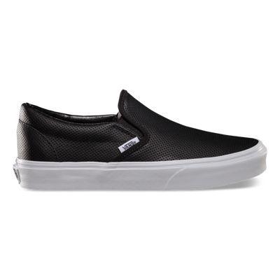 The Perf Leather Classic Slip- On es un calzado bajo, la parte superior tiene piel perforada, elásticos laterales, etiqueta de Vans y Vans Waffle Outsole.