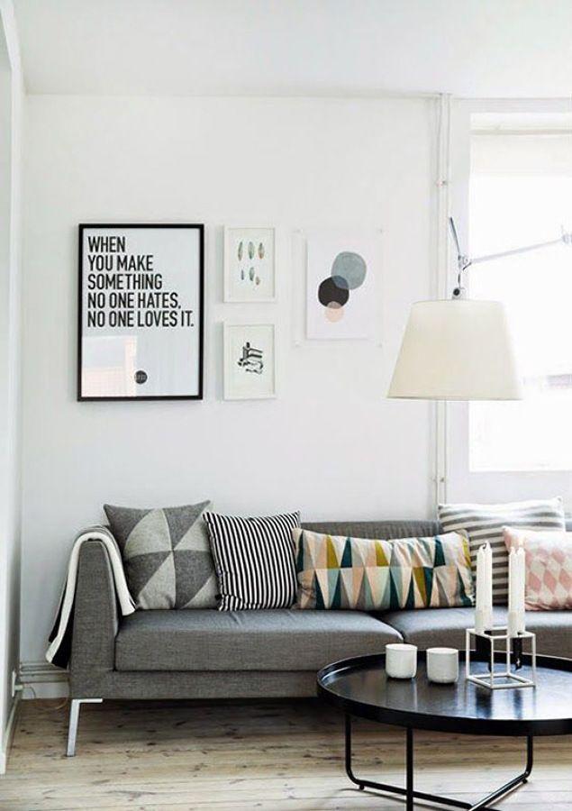 Sofa gris cojines colores