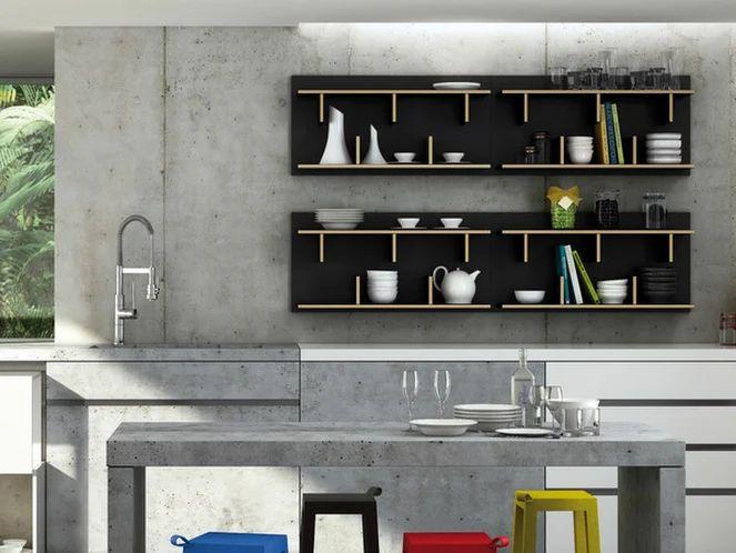 Pourquoi ne pas transformer l'un de vos murs en espace de rangement avec des meubles suspendus, des étagères peu profondes, et des barres aimantées pour vos couteaux ? Simplifiez aussi votre quotidien !