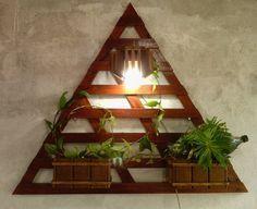 floreira vertical triangular com iluminação e 2 cachepots