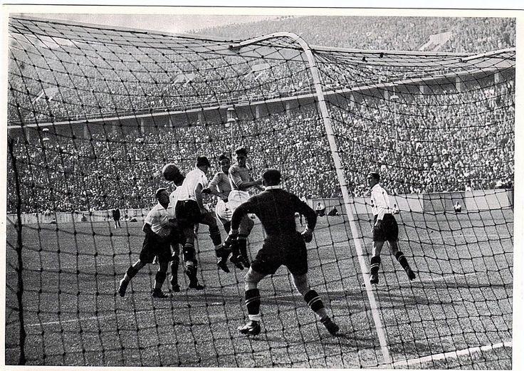 Ein Schnappschuß durch das Netz läßt diese bewegte Szene vor dem Tor Italiens im Fußball-Endspiel Italiengegen Österreich erkennen.