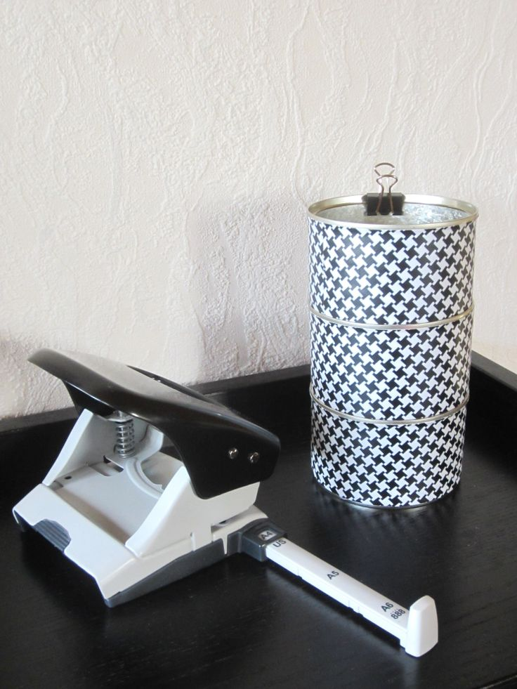 Tee-se-itse-naisen sisustusblogi: Tin Cans Decorated With Dogtooth Patterned Duct Tape