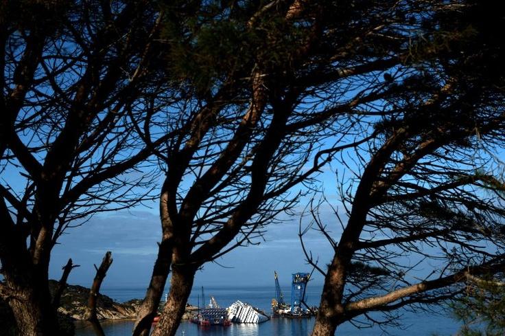 El crucero Costa Concordia permanece estancado cerca al puerto de la isla de Giglio (Italia), a pesar de los trabajos que aún continúan en la embarcación. (AFP/VANGUARDIA LIBERAL)