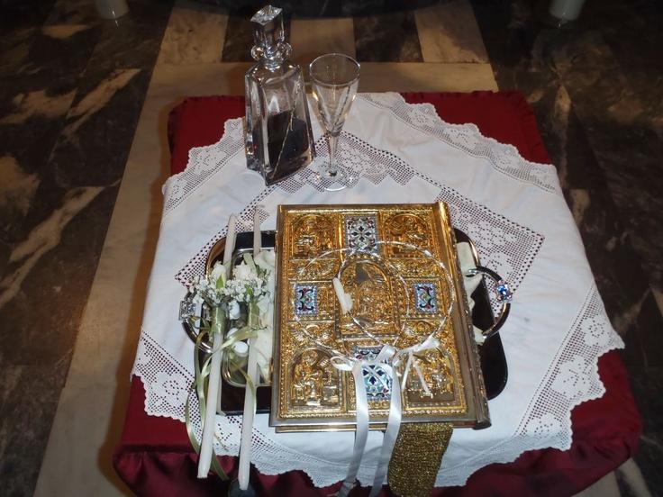 Στολισμός στο τραπέζι της εκκλησίας με ελιά και τριαντάφυλλα