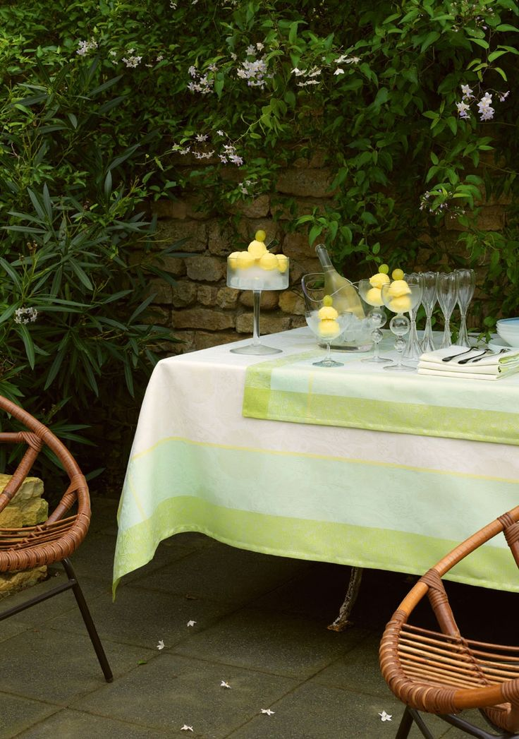 La couleur apporte une énergie moderne à cet all over de motifs floraux, inspirés de William Morris. Rien de tel pour donner de l'éclat et booster une déco que le charme solaire du jaune mimosa, la délicatesse du rose cyclamen et l'élégance rafraîchissante du muguet mentholé. Un mode sorbet parfait pour l'été www.lacompagniefrancaise.com