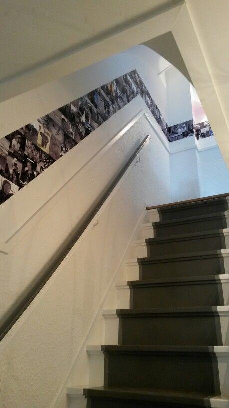 Foto collage langs de trap! Gemaakt met washi tape, waardoor je de foto's op elk moment kan vervangen voor nieuwe zonder de muur te beschadigen :)