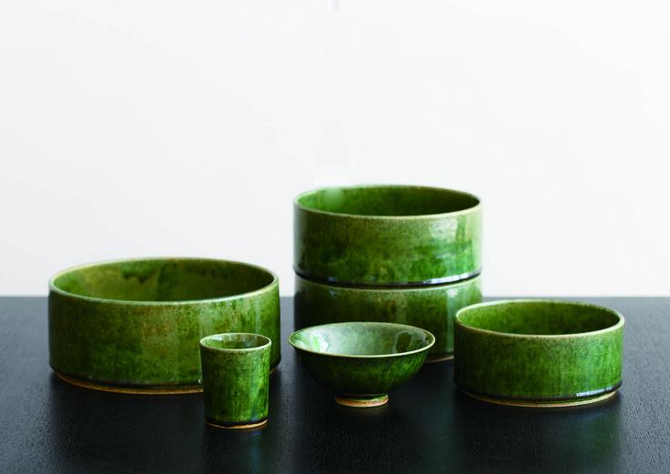 ORIBE|器全体を覆う、深く神秘的な織部釉の緑。桃山時代の人々は、釉薬が流れて生じる濃淡の変化に美しさを見出し、山の深さや海の深さを思い描いて「景色」と呼んで愉しみました。鉢は同じサイズを重箱のように積み重ねたり、入れ子にして収納することもできます。<取扱|TIME&STYLE>